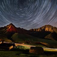努尔加峡谷的迷幻星空